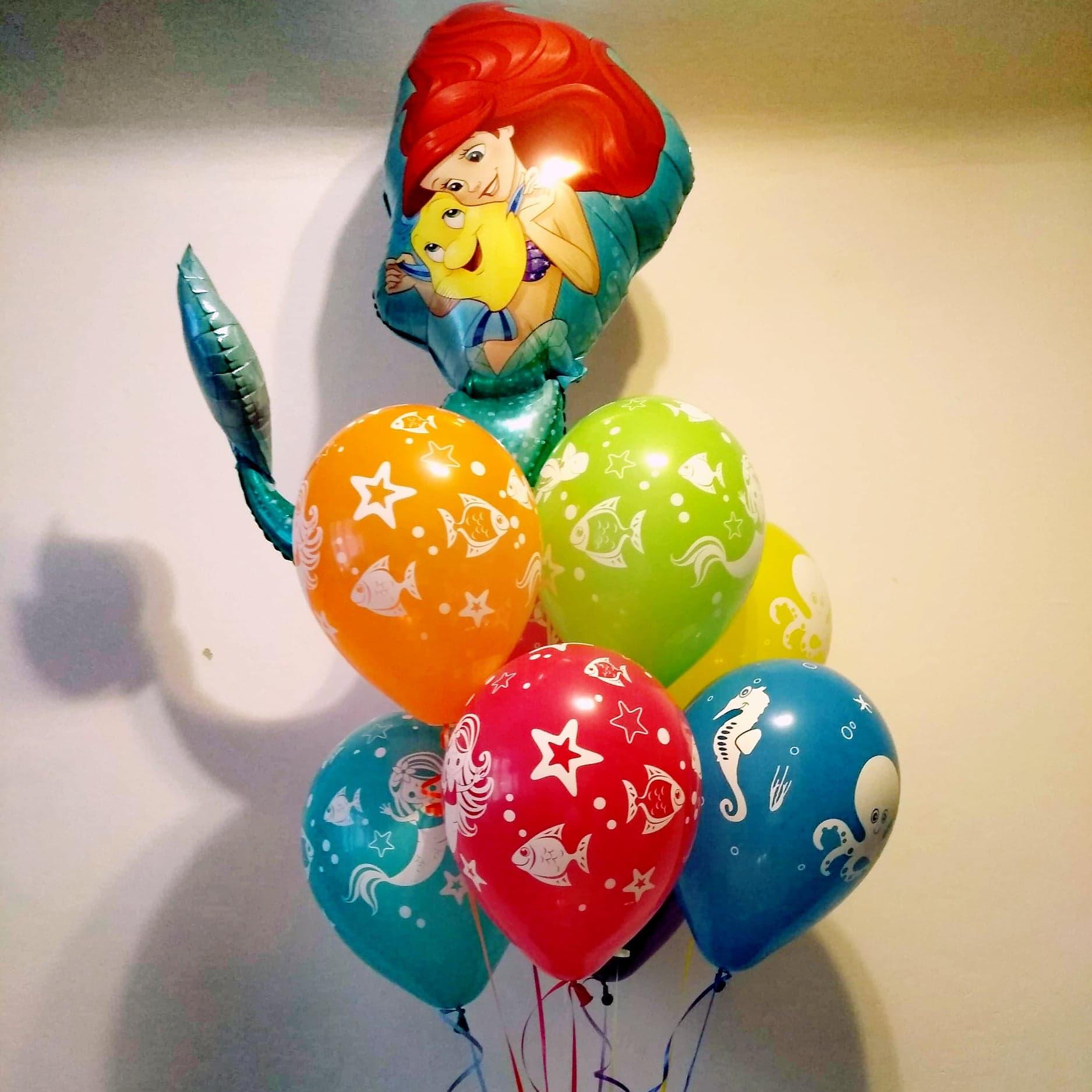 Baloniki gumowe z helem doskonale uzupełniają miejsce pod balonem foliowym z małą syrenką.