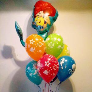 Kolorowe balony z helem i foliowy z postacią Arielki.