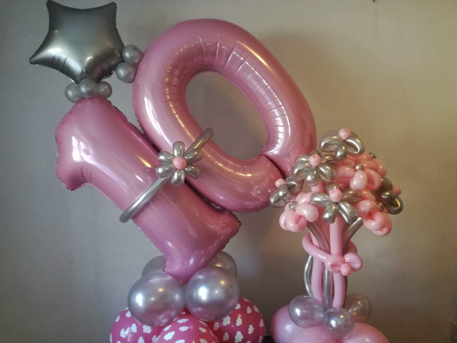 Balony cyfry kompozycja dla dziecka różowe i balonowy bukiet kwiatów.