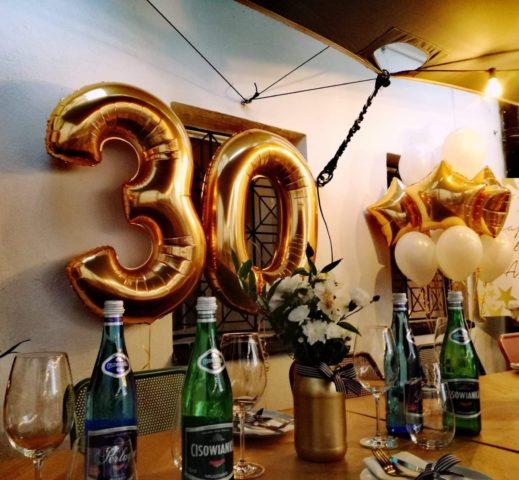 Ogromne balony w kształcie cyfr z helem to doskona łe balony urodzinowe.