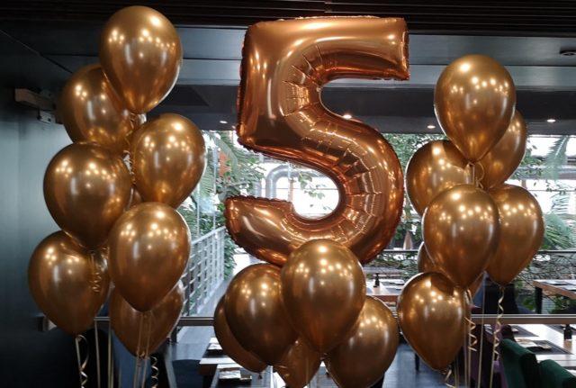 Balony z helem w złotej odsłonie i cyfra metrowa foliowa 5
