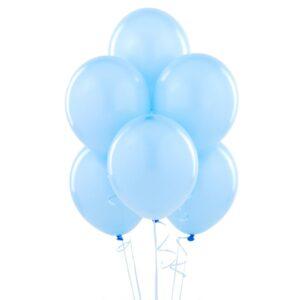Lateksowy balon z helem w kolorze jasno niebieskim błękitnym