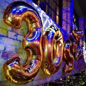 balonowe-cyfry-z-helem-30-urodziny